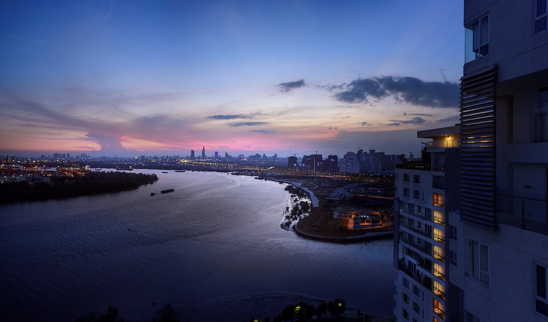 BREATHTAKING 360-DEGREE VIEWS OVER THE SAIGON RIVER